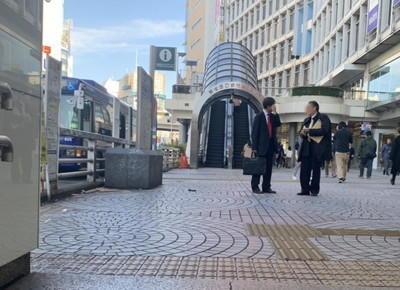地上に出ると、右手に「小田急百貨店」、正面にエスカレーター付きの歩道橋