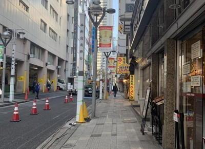 左手に「新宿西口ハルク」がある道を、100mほど直進