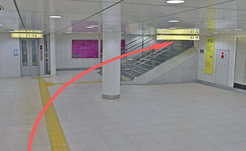 新宿三丁目駅のB2出口の階段を昇る