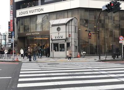 3)「新宿三丁目」の交差点の横断歩道をルイ・ヴィトン側へまっすぐ渡ります。