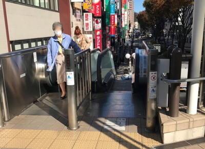 4)三井住友銀行ビル、すぐ手前のエスカレーターを下ります。