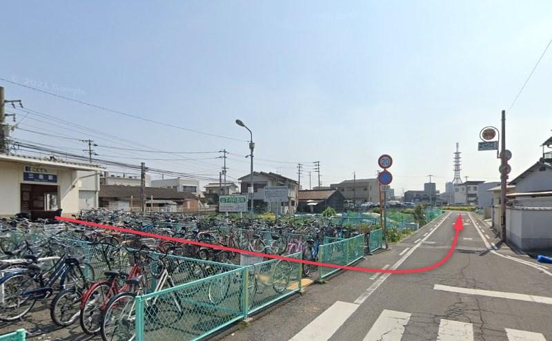 三条駅改札を出て、自転車置き場を通り抜け、左折して約110m直進します。