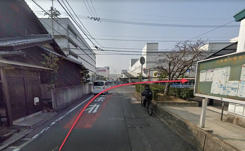 ゆめタウン高松が右手に見える交差点を右折します。