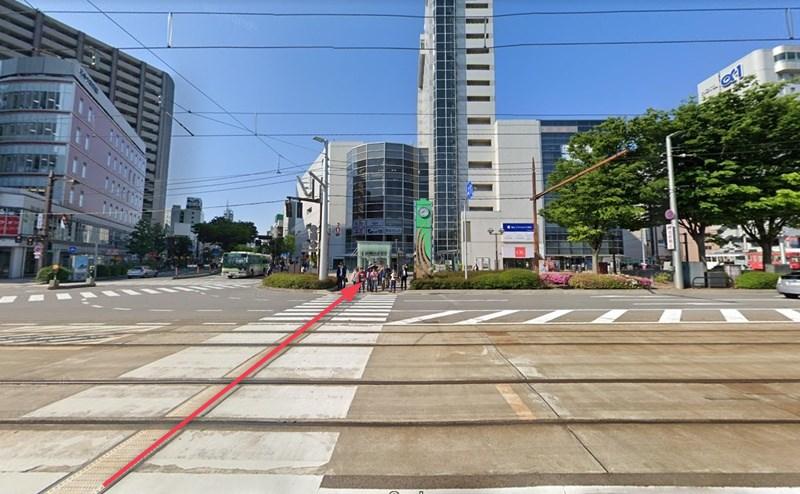 富山駅前東交差点の横断歩道を渡ります。