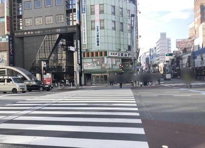 上野広小路交差点の横断歩道を渡ってから右折