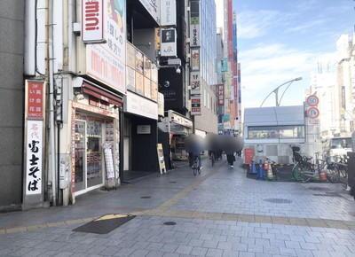 目の前の富士そばを左手に見ながら中央通りを約60m直進