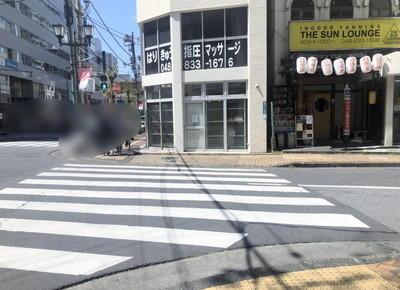 3) 正面に小さい横断歩道があるので、そこを渡って右折します。
