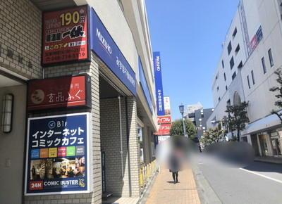 4) 左手にみずほ信託銀行が見えるので、その角を曲がり約30m直進し左折します