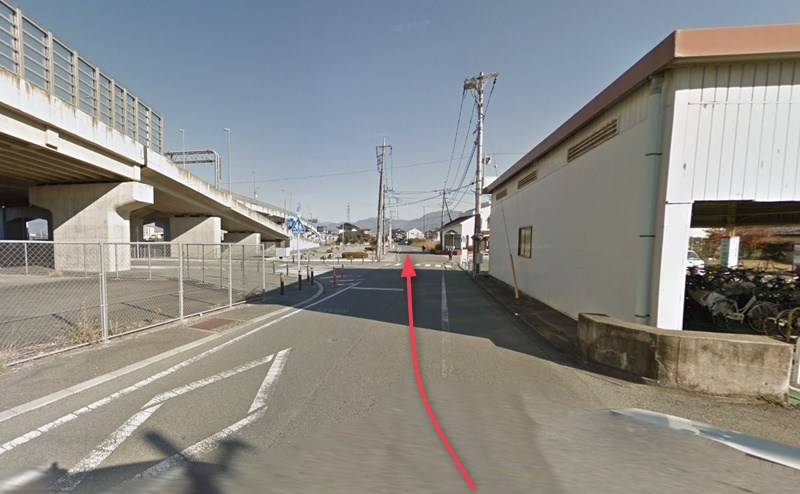 小井川駅を出て右折し、そのまま道なりに直進します。