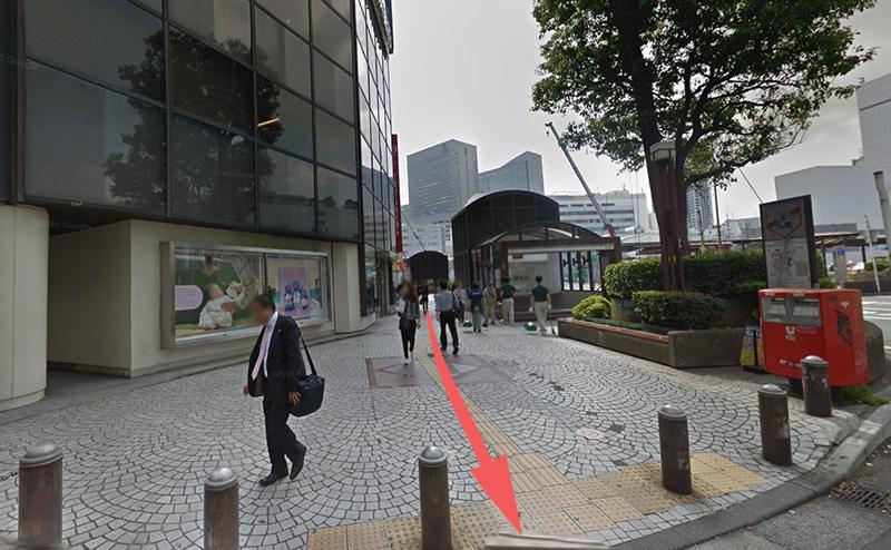 右手に横浜銀行を見ながら横断歩道を直進