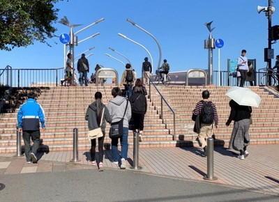 2)駅から出るとすぐに歩行者用通路があり、ここを渡ります。