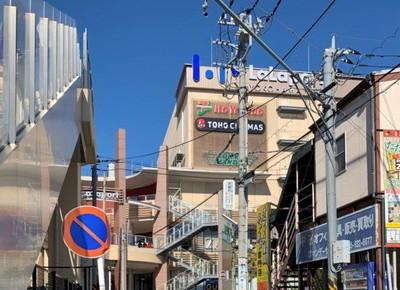 5)次のつきあたりを左に曲がり、約250mほど道なりに進んでいくと、正面に「ららぽーと横浜」が見えてきます。