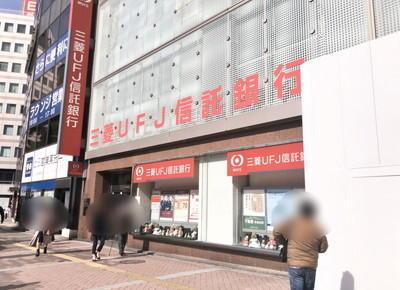 モアーズの前の道を左折し、右手に三菱東京UFJ銀行がある道を直進