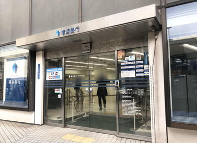 右手に横浜銀行がある横断歩道を直進