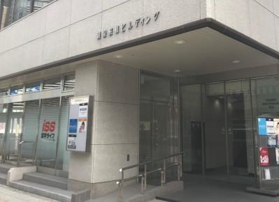 7)出口を出てすぐ左手に見えるのが、「銀泉桜橋ビル」です。