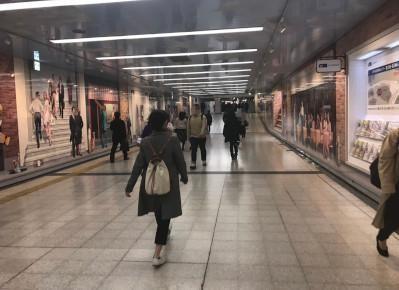 2)改札を出たら地下道で、地下鉄「西梅田駅」方面へ向かいます。