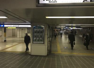 5)C60番出口へ向かう道のりで、JR東西線「北新地駅」を通り過ぎます。 JR東西線「北新地駅」をご利用の場合も同様に、出入り口4を出たあと、C60番出口方面へ進んでください。