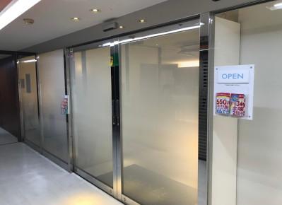 3)近鉄パッセ10階、ガラス扉のある店舗がサロンです。