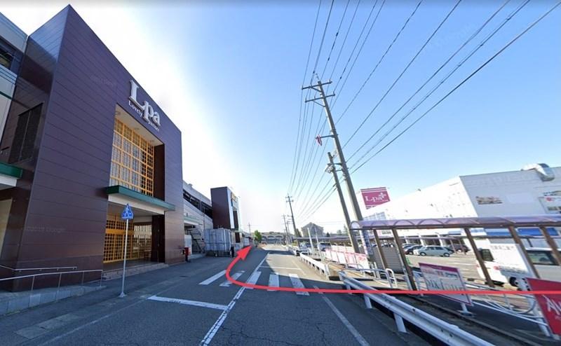 横断歩道を渡り、そのまま館内に入らずに、右折して建物沿いに進みます。