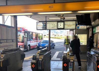 2)出口を出たら「京阪六地蔵」のバス停を目印に直進します。