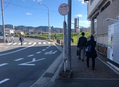 3)バス停を過ぎて、そのまま道なりに進みます。