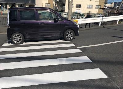 4)ゆるやかな勾配に差し掛かる途中に横断歩道があるので、渡って反対側道路へ進みます。