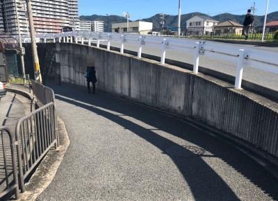 5)大通の横に見える細い下り坂を、道なりに直進します。
