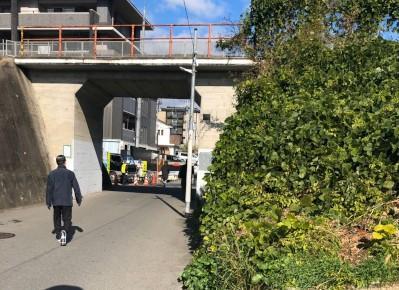 6)まっすぐ行くと陸橋が見えますので、下を通ってお進みください。