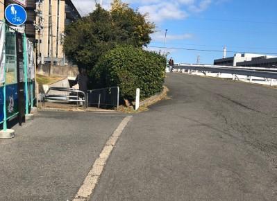 7)左手の「カラオケビッグエコー」様を目印に、左側に見える細い歩行者用通路へ向かいます。