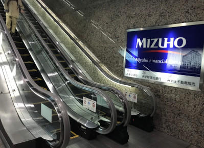2)19番出口のエスカレーター、もしくは階段で地上へ出ます。