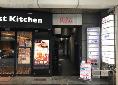 6)「ウェンディーズ・ファーストキッチン」の左手、AOKIの看板下に入口がございます。