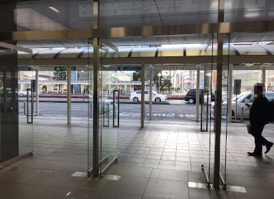 2)南口から出て左折し、バス乗り場22番へ向かいます。