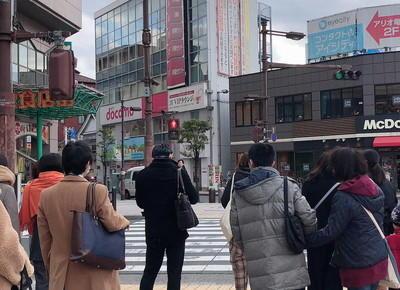 3)横断歩道を渡り、マクドナルドとLirio弐番館の間にある道に入ります。