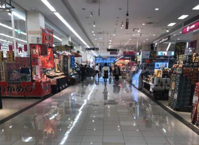 スーパーマーケットエリアを通り過ぎて、エスカレーターへ向かいます