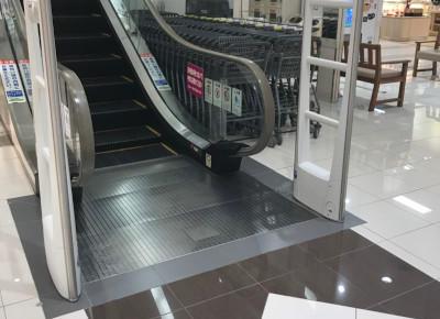 エスカレーターで2階へお越しください