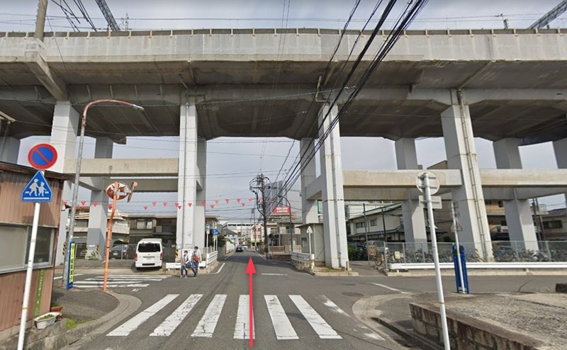 新幹線の高架下をくぐりそのまま直進します。