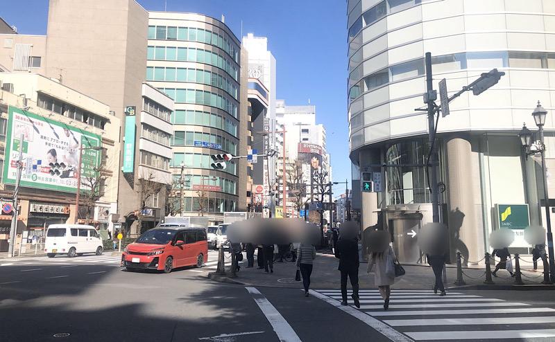 三井住友銀行側へ横断歩道を渡る