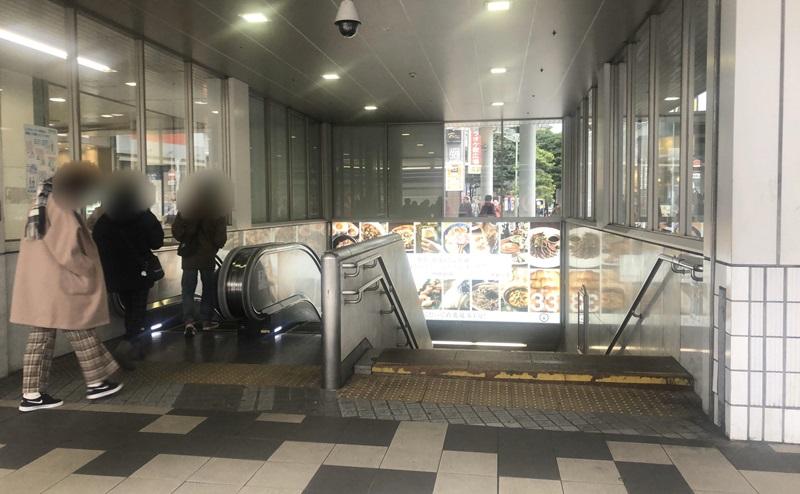 京急川崎駅の改札を出る