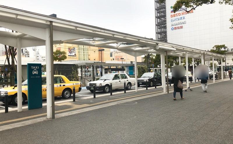 タクシー乗り場を左手に見ながら直進
