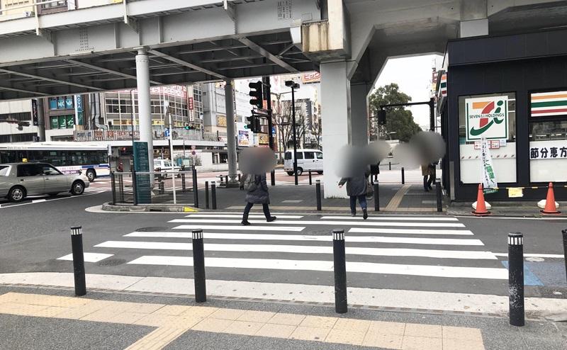 セブンイレブンを右手に見ながら交差点の横断歩道を直進