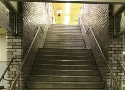 案内板の指示に従い階段