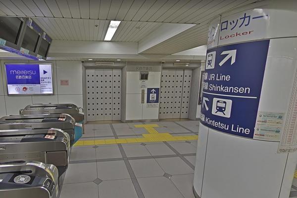 改札を出るとすぐ正面に「名鉄百貨店本店」へ直結の入口が見えてきます。