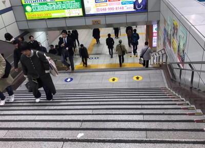 道なりに進むと階段