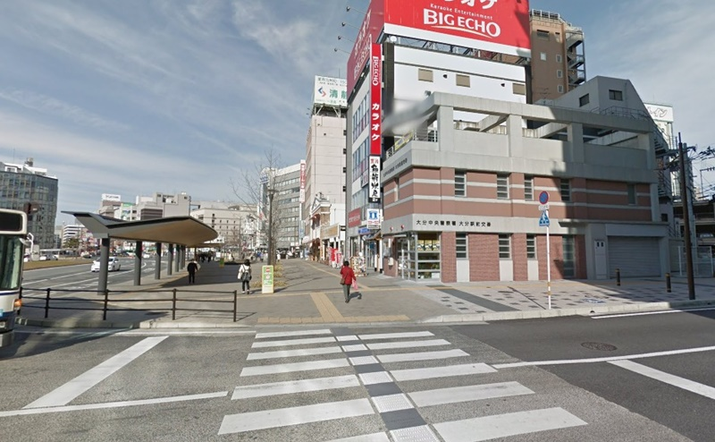 大分駅前交番の手前にある横断歩道を渡り、さらに進みます。