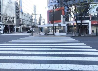 2) ハチ公前広場から MAGNET by SHIBUYAに向かって、スクランブル交差点の横断歩道を渡ります。