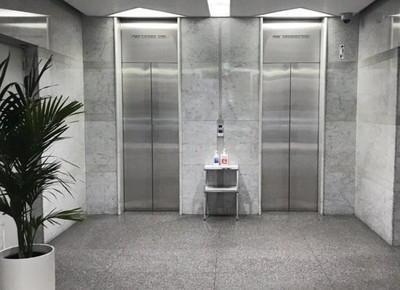 6)サロンはシログチビルの6階にあります。建物内のエレベーターを使って、6階にお越しください。