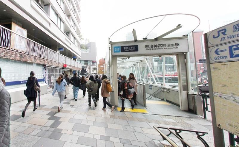 東京メトロ明治神宮前駅5番出口から出る