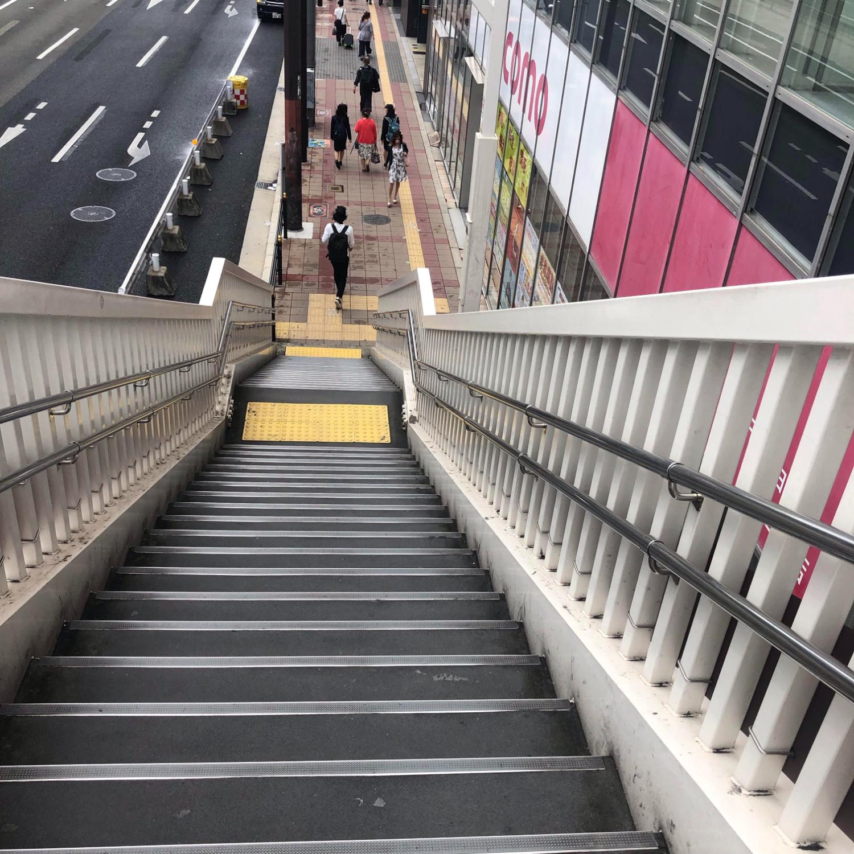 階段を下り道なりに進みます