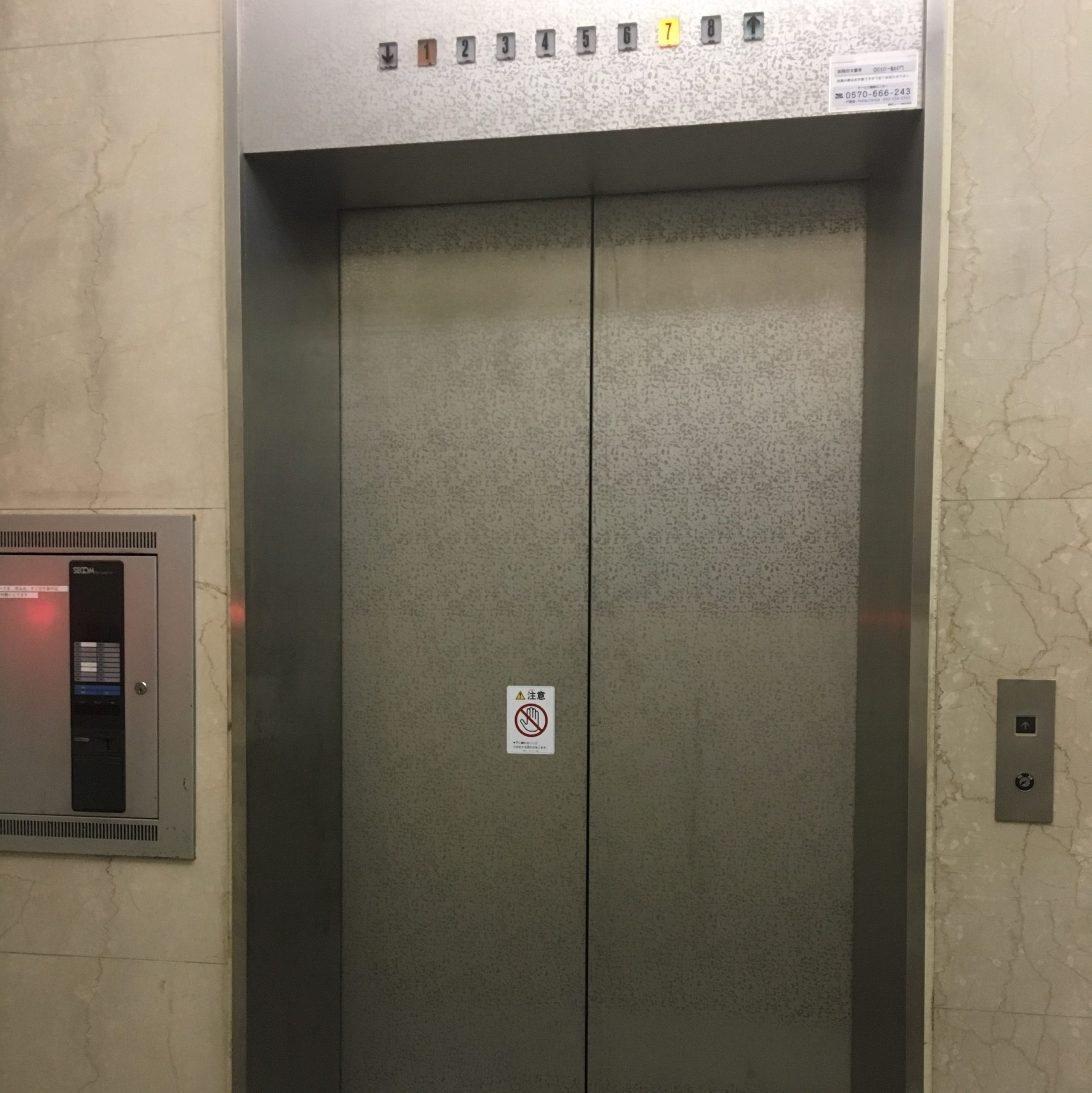 エレベーターを使い7階まで上がり