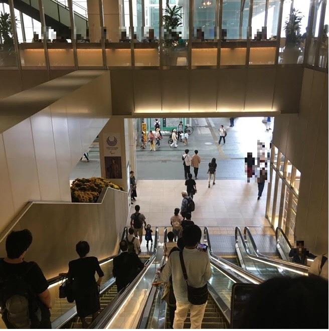 3.まっすぐ歩くと大きなエレベーターがありますのでそのエレベーターを降ります。